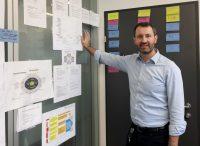 Mag. Markus Käferböck, Leiter der bei Business Upper Austria, hat im Newsroom die Funktion des Chefs vom Dienst inne.